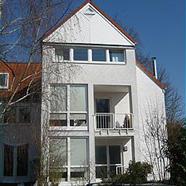 Helles und modernes Haus mit Kamin
