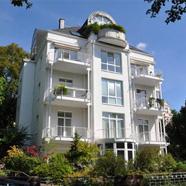 Parterrewohnung mit Teehaus im Garten