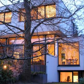 Villa mit klarer Formsprache in Bestlage