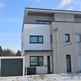 Modernes Haus mit Blick ins Grüne - begehrte Lage